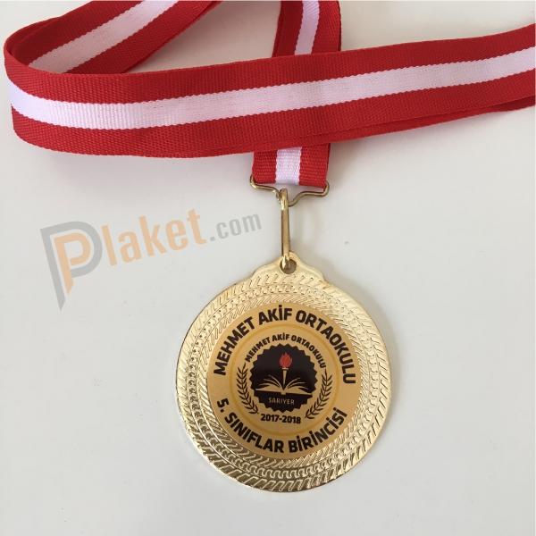 Mehmet Akif ortaokulu için üretimi yapılan altın kaplama 5.5 cm çapında kırmızı kurdelalı standart madalya örneği